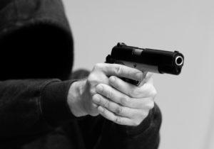 chelovek-v-kapushone-s-pistoletom-tfmstone