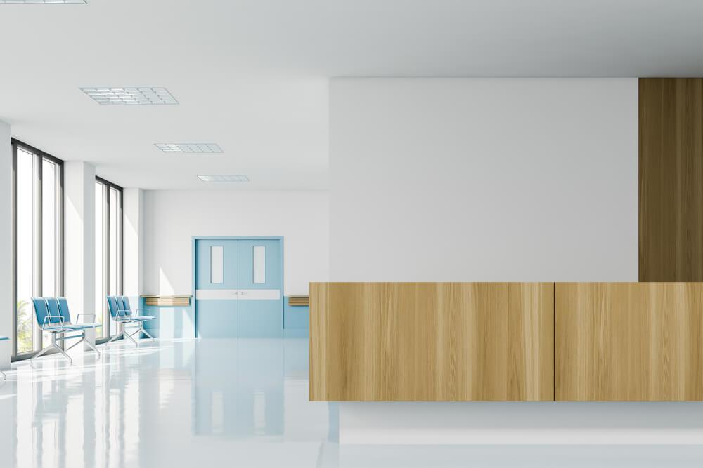 Деревянные двери проходных больницы