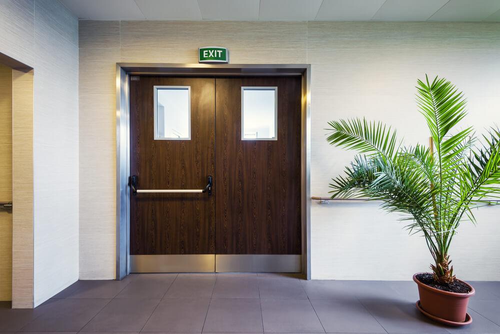 Дверь для больницы на выходе